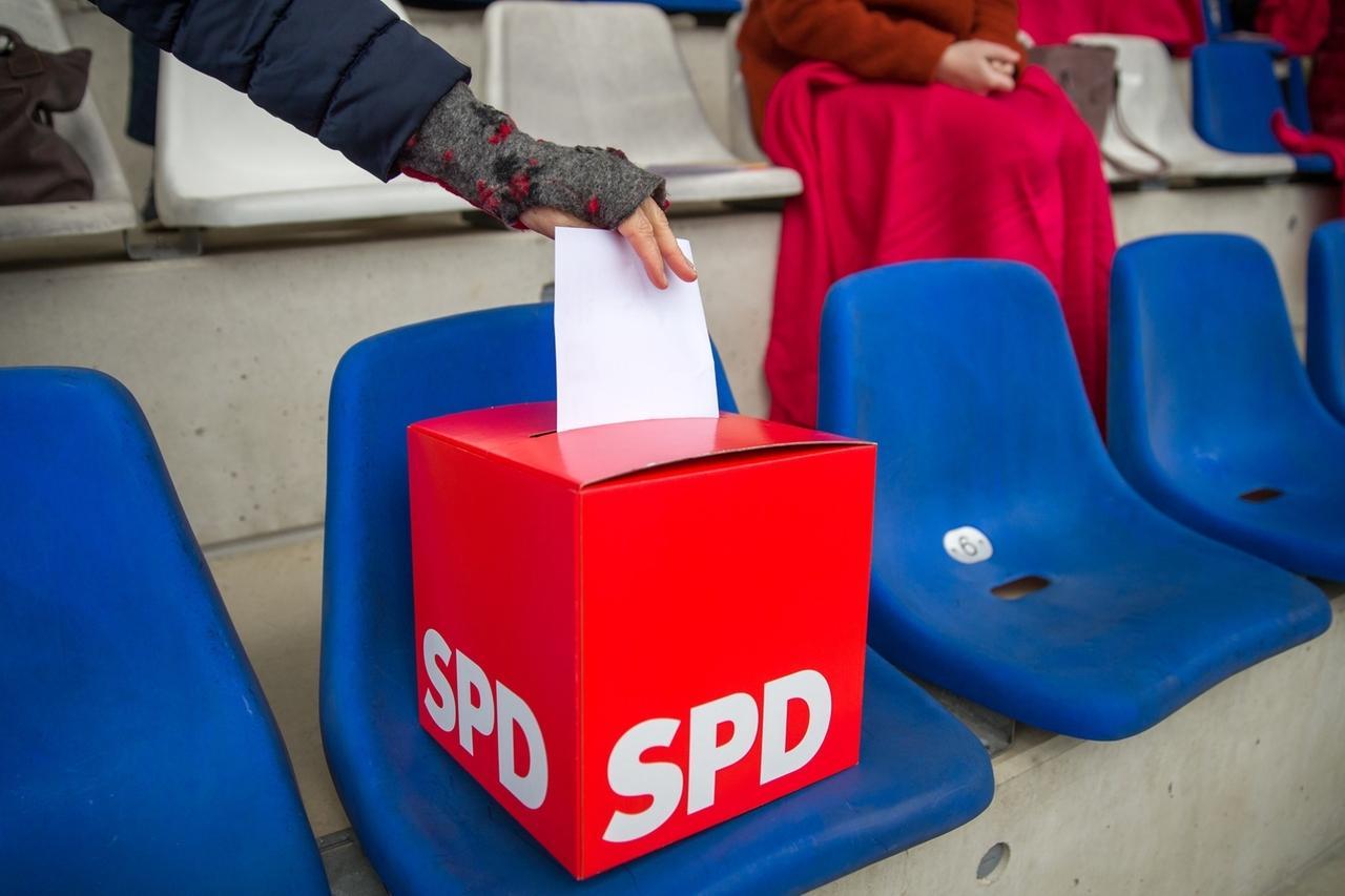 13.03.2021, Bayern, Schwabach: Delegierte der bayerischen SPD geben bei der Wahl während Landesvertreterversammlung der SPD Bayern ihre Stimme ab. Der Generalsekretär der bayerischen SPD wurde bei Landesvertreterversammlung bei der Listenaufstellung auf den Spitzenplatz gewählt. Wegen der Corona-Krise war fand die Veranstaltung nicht wie sonst üblich in einer Halle statt, sondern im Fußballstadion des SC 04 Schwabach. Foto: Daniel Karmann/dpa +++ dpa-Bildfunk +++