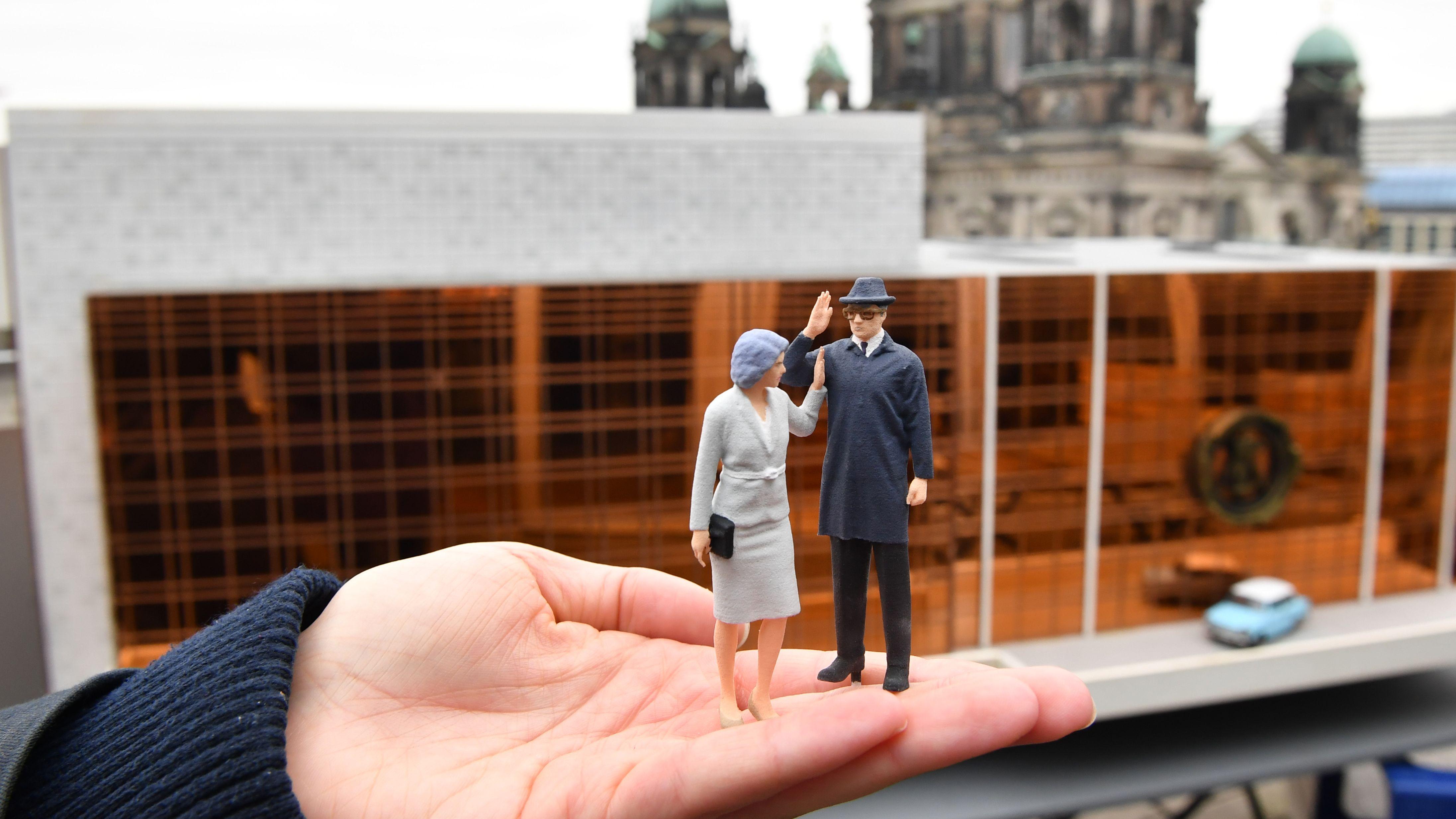 """Miniaturausgaben von Margot und Erich Honecker vor dem """"Palast der Republik"""" (in der Miniaturwelt Mini Big City Berlin)"""