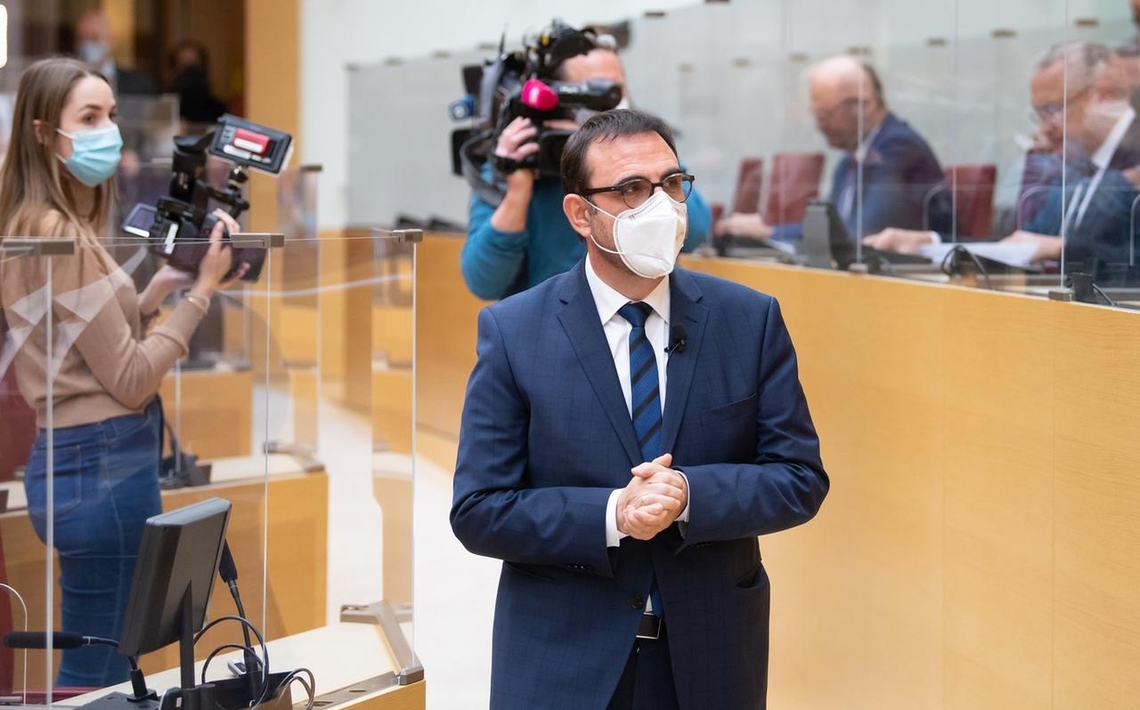08.01.2021, Bayern, München: Klaus Holetschek (M, CSU), ehemaliger Staatssekretär und zukünftiger Gesundheitsminister von Bayern, kommt im bayerischen Landtag zu einer Sondersitzung. Während der Sitzung soll über die jüngst angekündigte Verschärfung der Maßnahmen gegen das Coronavirus abgestimmt werden. Foto: Sven Hoppe/dpa +++ dpa-Bildfunk +++