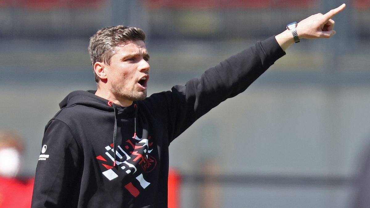 Der Nürnberger Trainer Robert Klauß reagiert auf den Spielverlauf.