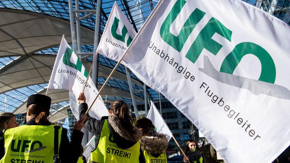 Archivbild vom 7. November.  Flugbegleiter der Unabhängigen Flugbegleiter Organisation UFO haben sich zu einer Kundgebung vor dem Terminal am Münchner Flughafen versammelt.