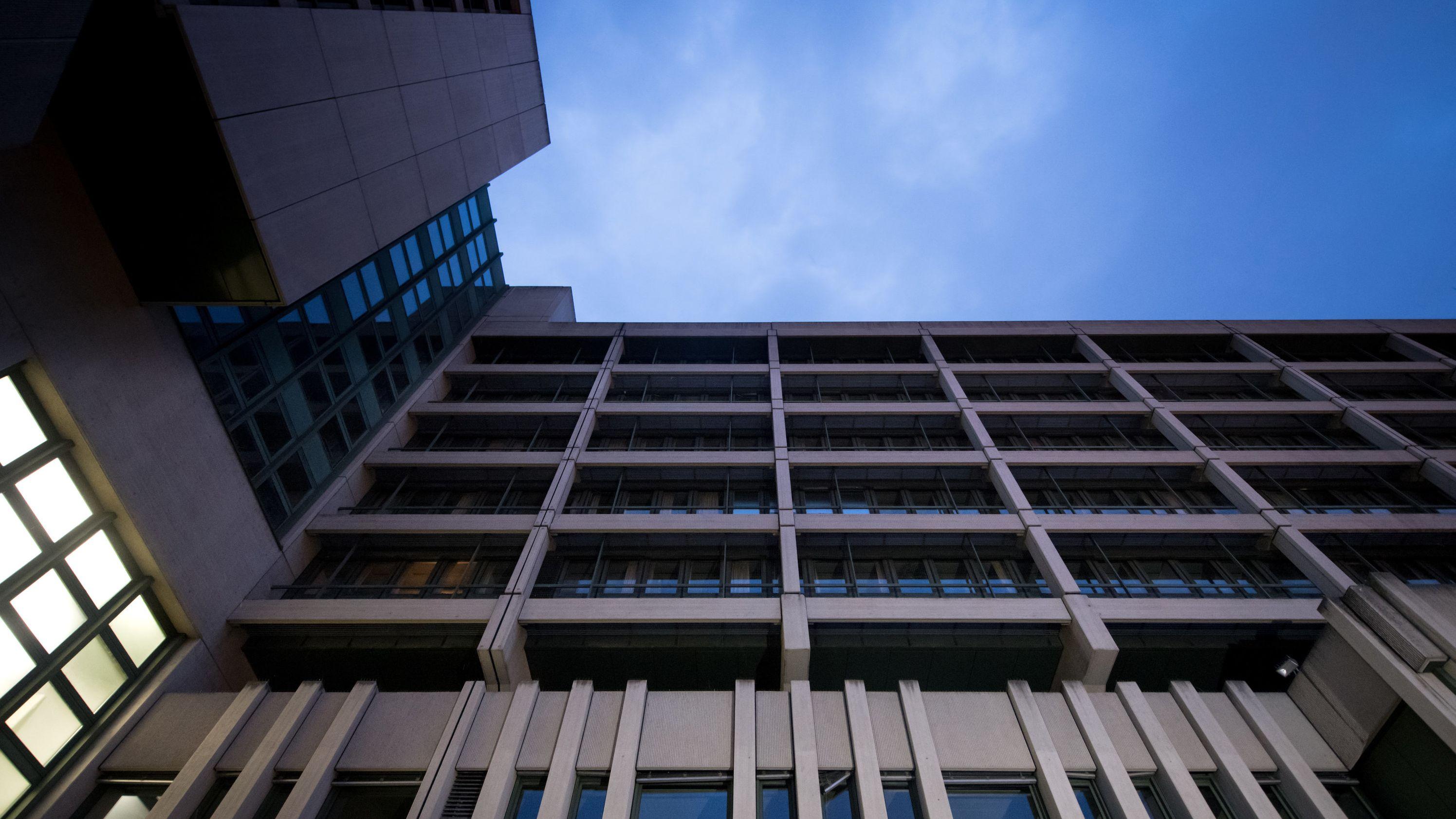 Berufungsprozess im Gebäude des OLG München: Versicherung will nicht für geschrotteten Porsche zahlen.
