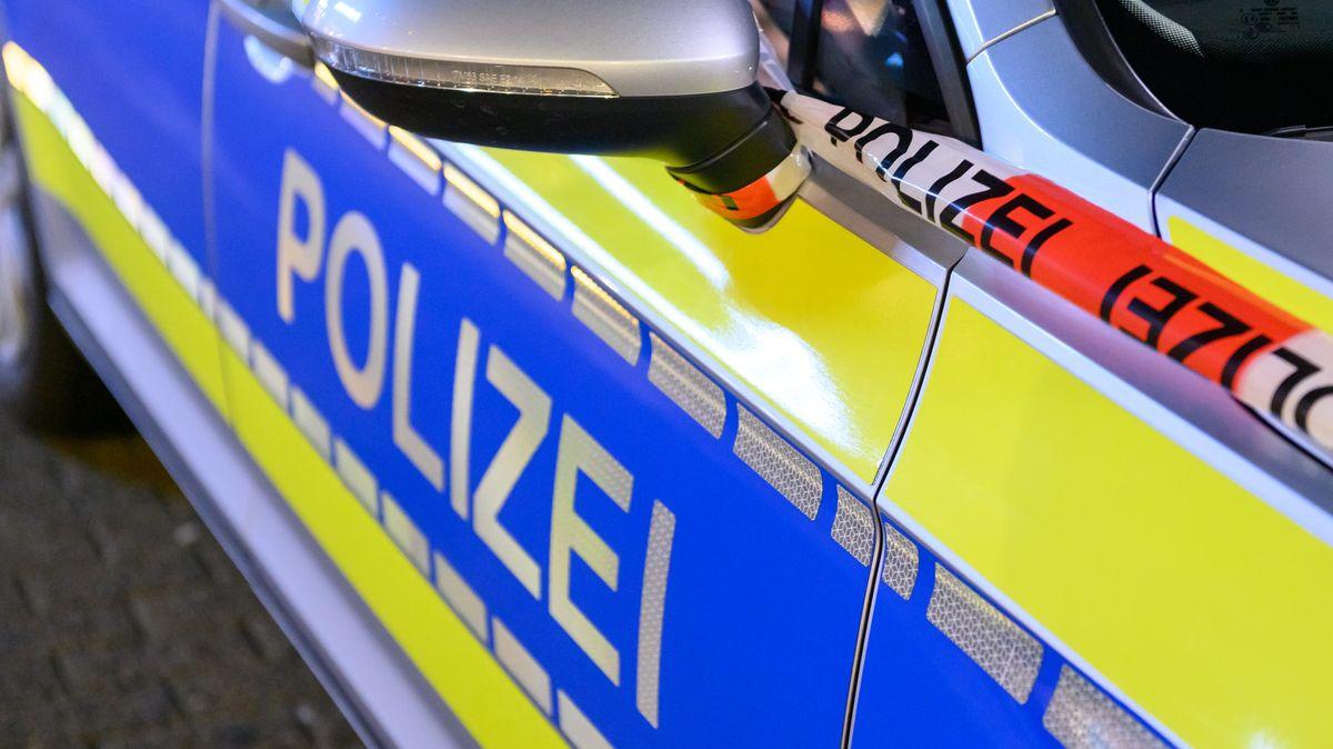 Aufschrift auf einem Polizeiauto.