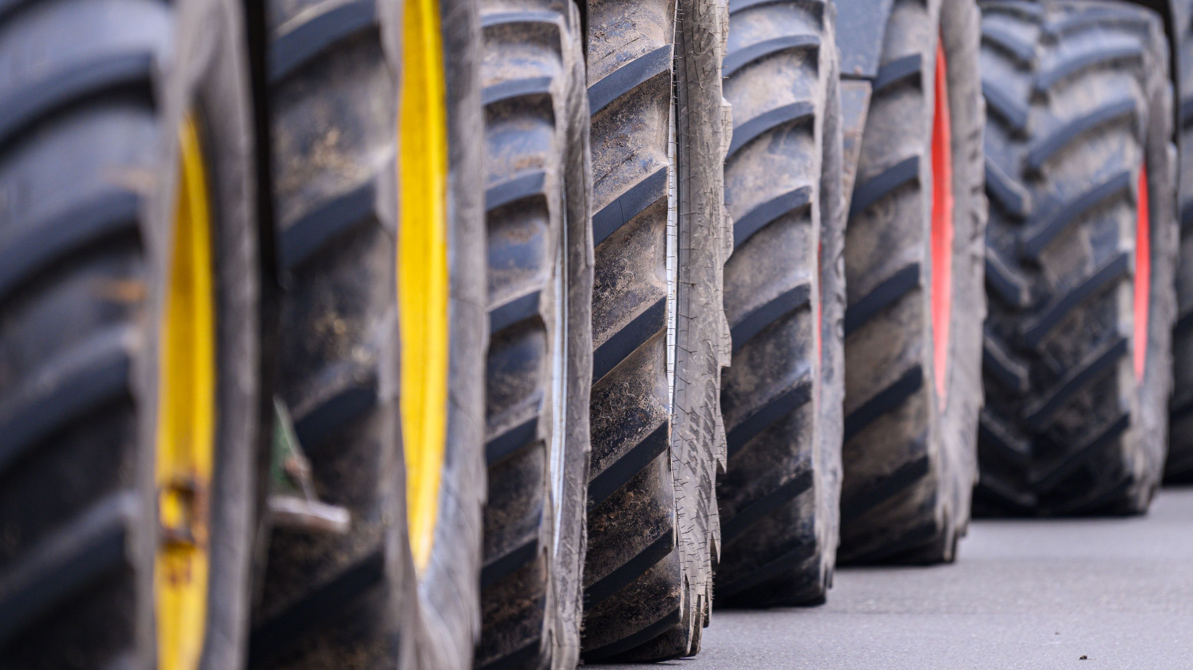 Eine Reihe von Traktor-Reifen