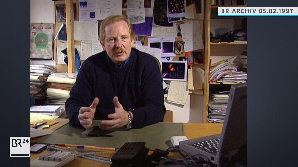 Prof. Reinhard Genzel am Schreibtisch sitzend