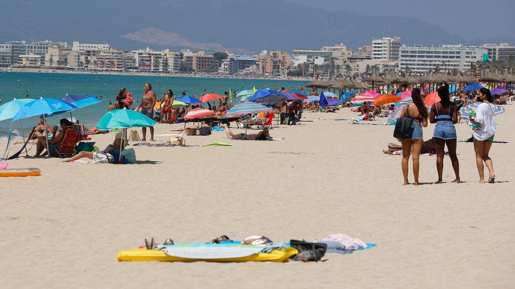 Menschen sonnen sich und schwimmen am Strand von Arenal auf Mallorca (Archivbild vom 15.8.20).
