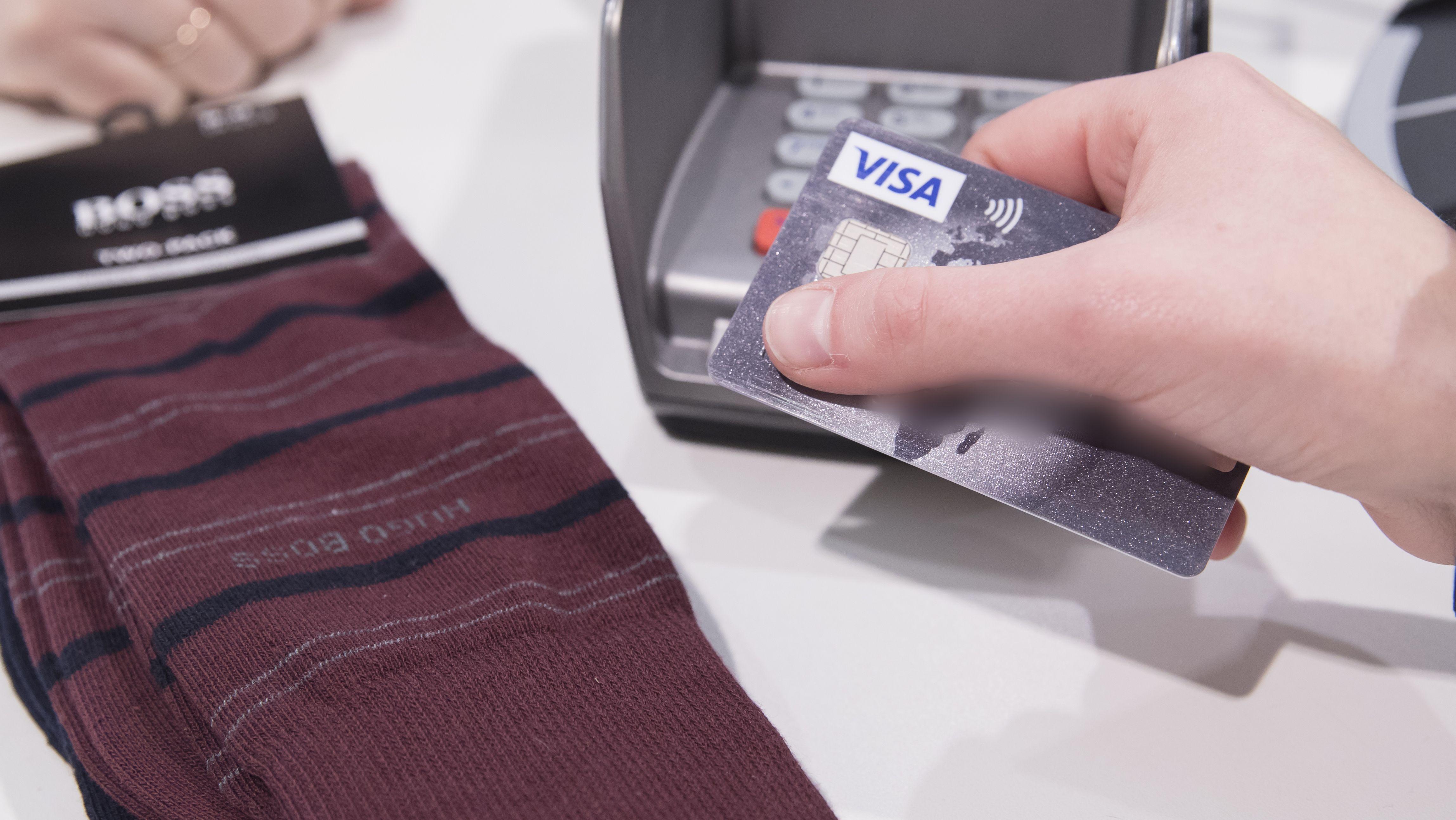 Ein Kunde bezahlt Socken mit einer Kreditkarte.