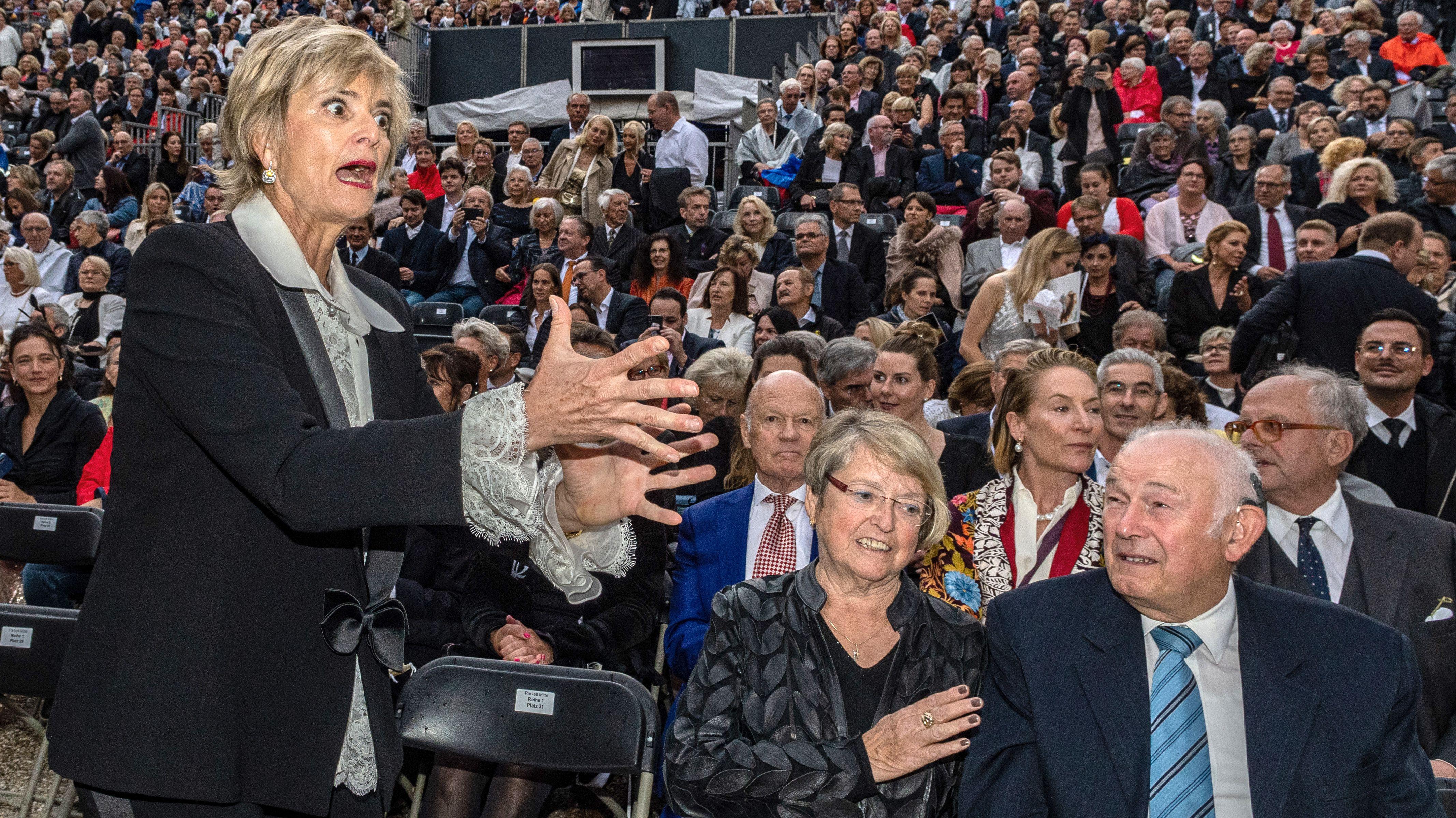 Hausherrin Gloria scherzt mit dem früheren Ministerpräsidenten Günther Beckstein