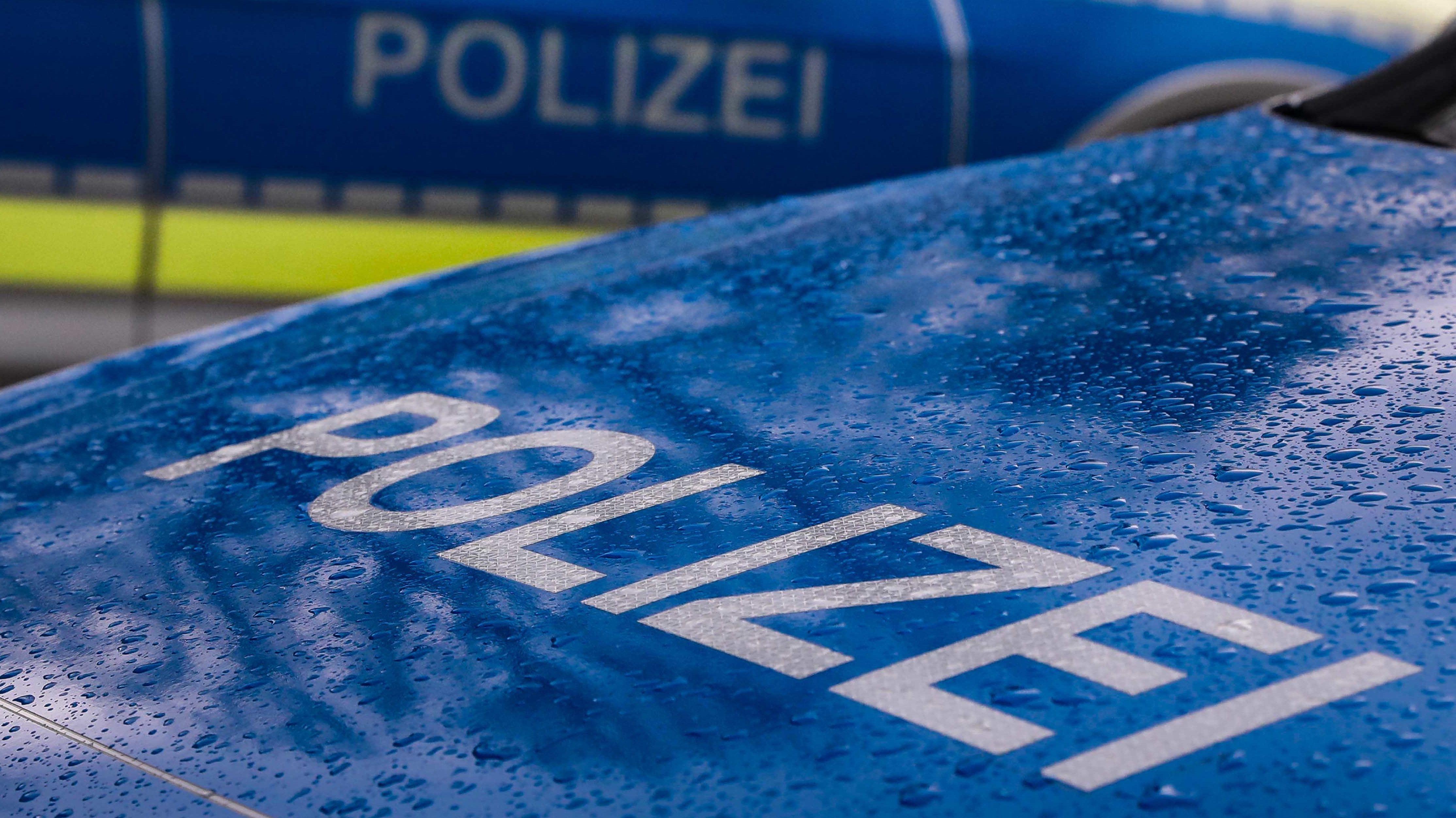 Zwei Polizeiwagen im Regen (Symbolbild)