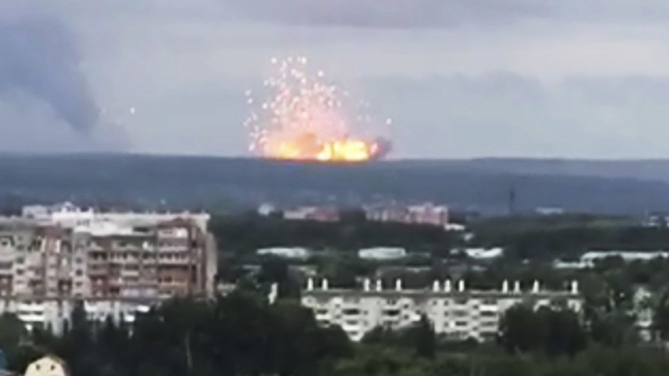 05.08.2019, Russland, Atschinsk: Explosion in einem Munitionslager
