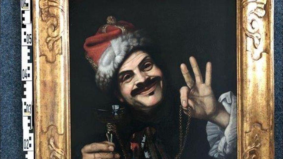 Gemälde eines lachenden Mannes mit Weinglas und roter Mütze im Goldrahmen