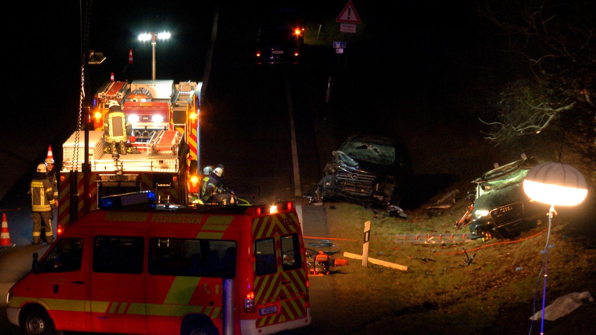 Bei einem schweren Verkehrsunfall auf der A99 im Münchner Osten sind am Samstagabend zwei Insassen eines Autos gestorben. Die Autobahn war stundenlang gesperrt.