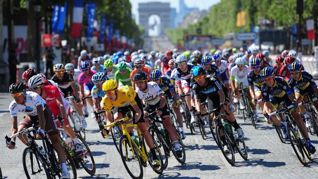 Die Tour de France bei einer Ankunft in Paris