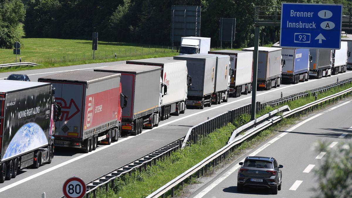 LKW's stehen auf der Autobahn A93 Richtung Österreich im Stau