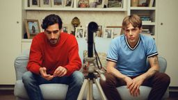 Matthias und Maxime nebeneinander auf der Couch, im Vordergrund eine Kamera   Bild:Xavier Dolan