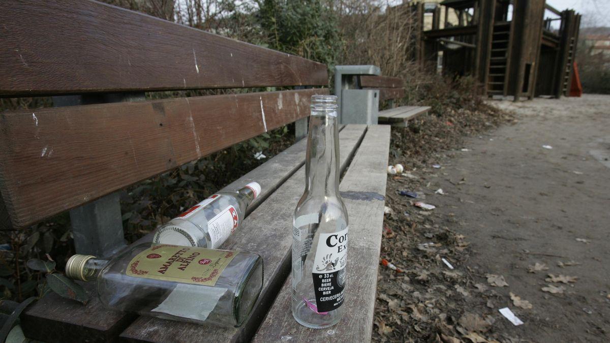 Leere Flaschen liegen auf der Bank eines Spielplatzes (Symbolbild)