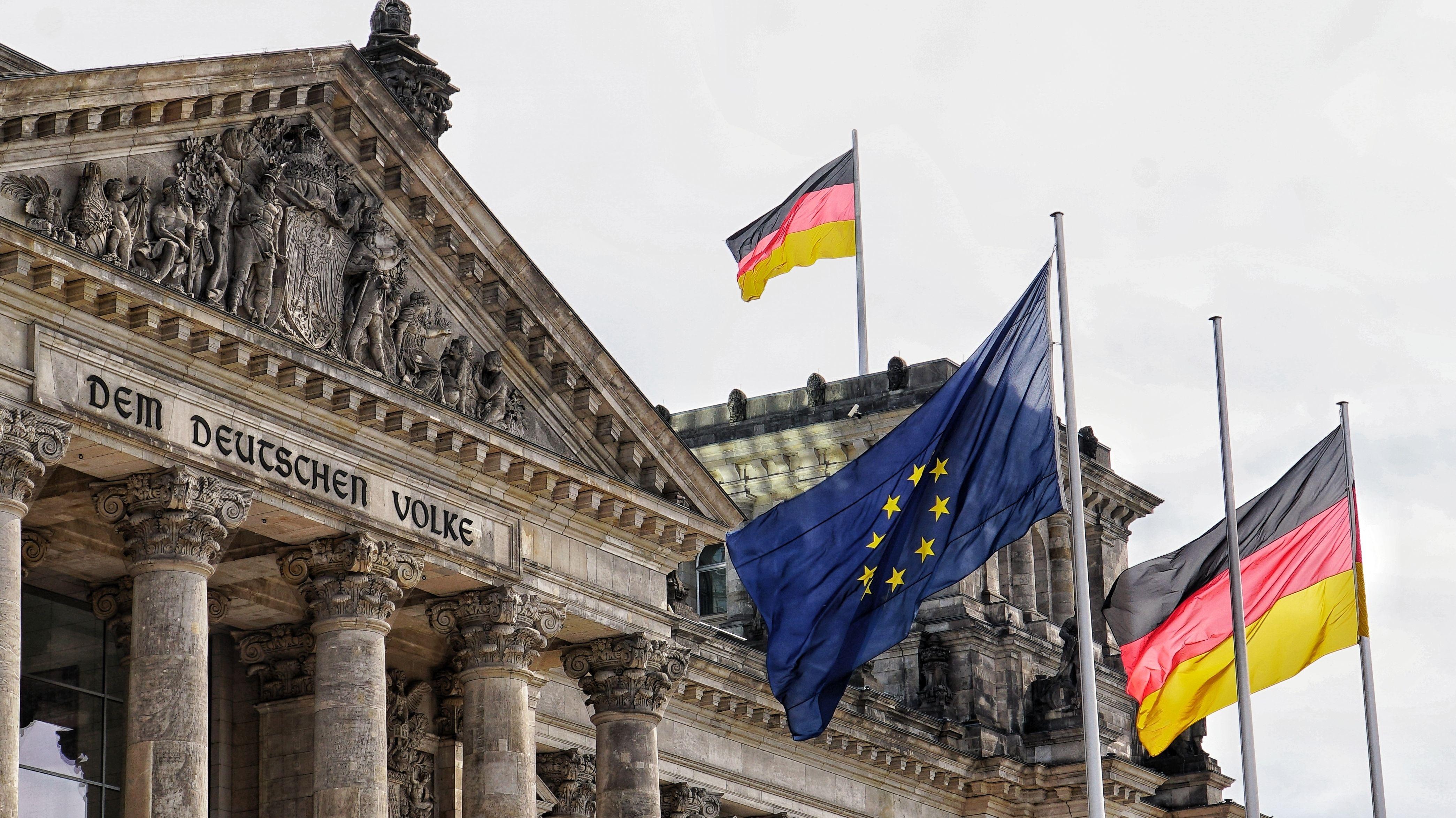 Bundestag mit Flaggen