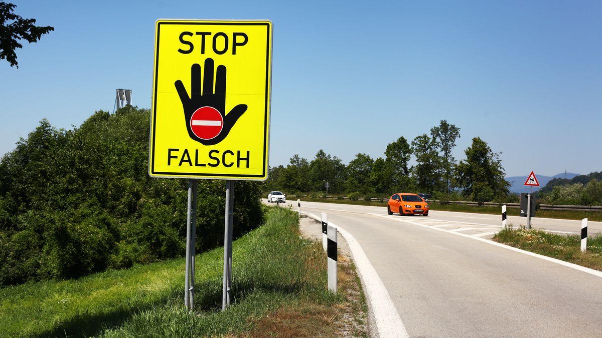 Ein gelbes Hinweisschild an einer Autobahnabfahrt