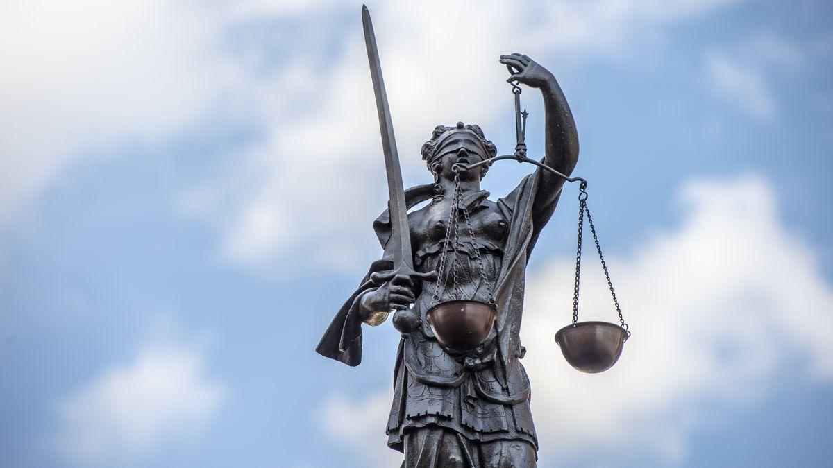 Die Skulptur der Justizia mit verbundenen Augen, Schwert und Waage am Lorenzer Platz in Nürnberg