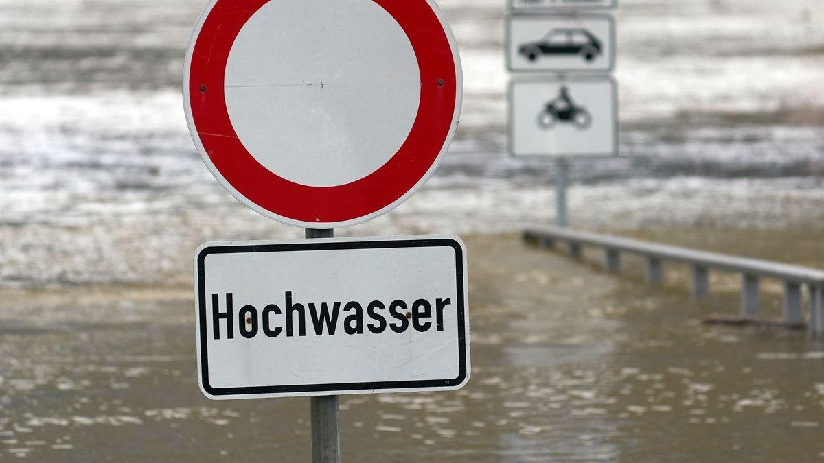 Ein Schild weist auf Hochwasser hin (Symbolbild).