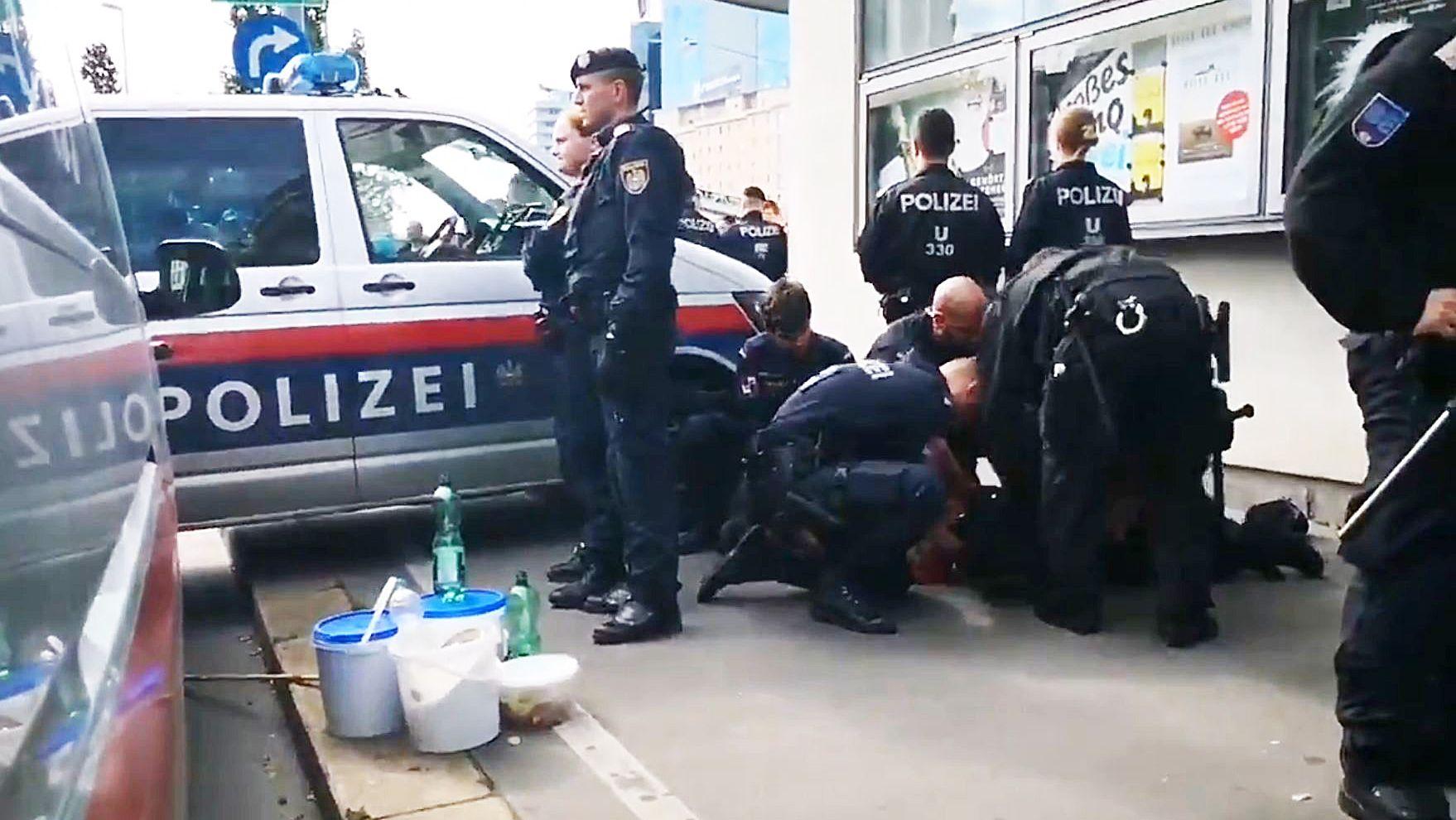 Hat ein Polizist in Wien auf einen fixierten Mann eingeschlagen?