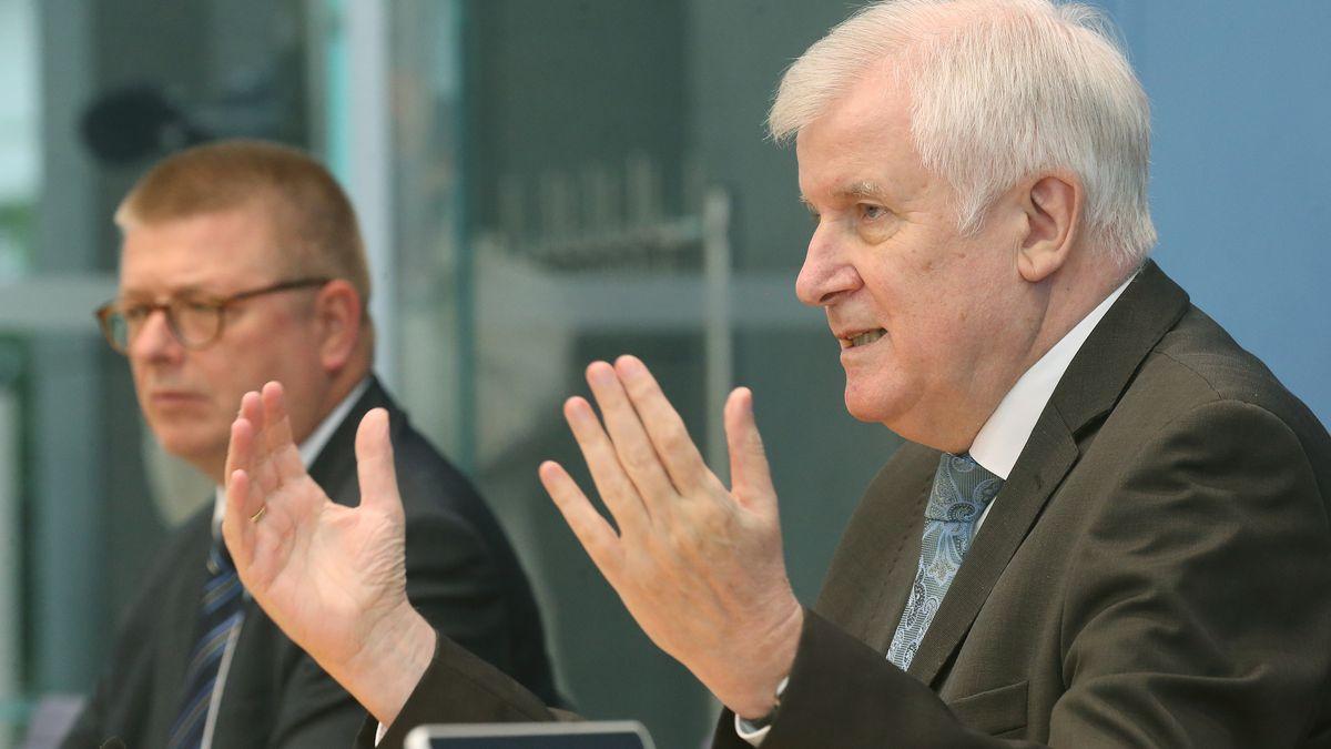 Bundesinnenminister Horst Seehofer und Verfassungsschutzpräsident Thomas Haldenwang bei der PK zum Lagebericht Rechtsextremismus in Sicherheitsbehörden