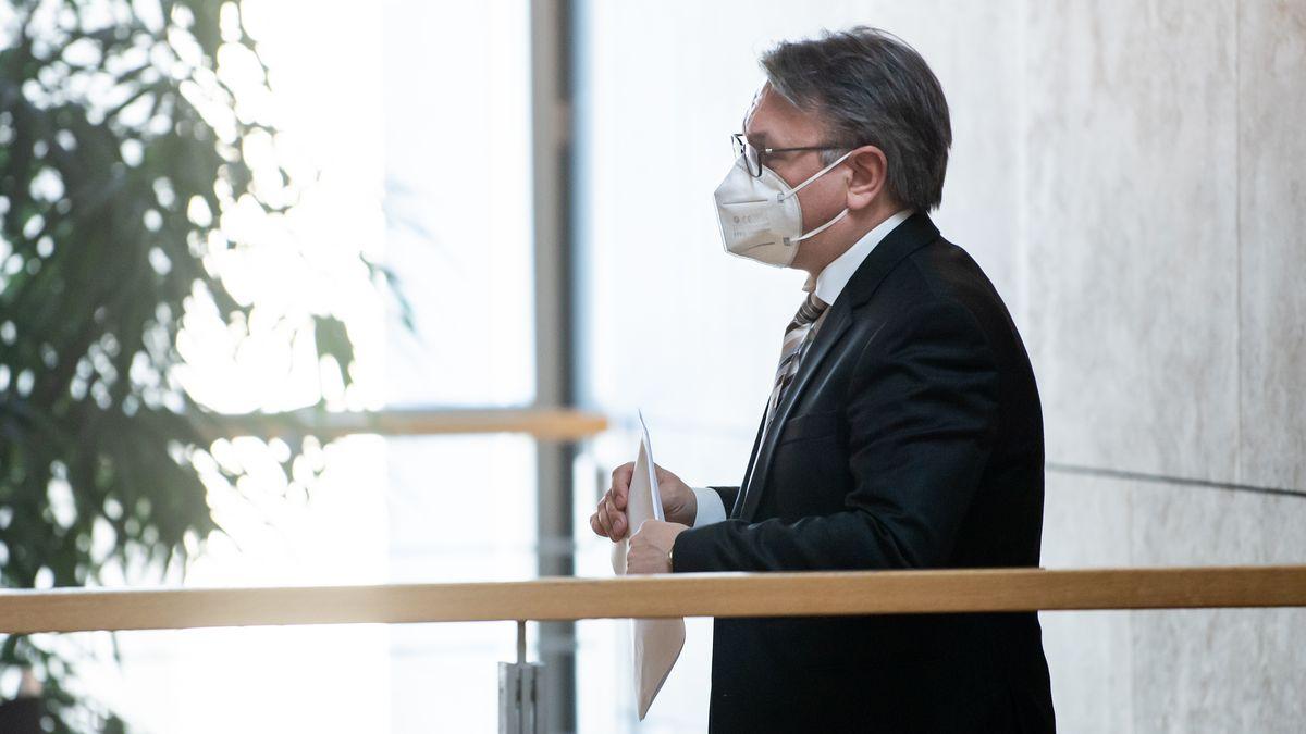 Georg Nüßlein (CSU) geht über einen Flur zu seinem Bundestagsbüro.