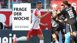 Ab nach oben: Erik Wekesser (l.) vom SSV Jahn Regensburg und die Spieler des 1. FC Nürnberg.   Bild:picture-alliance/dpa