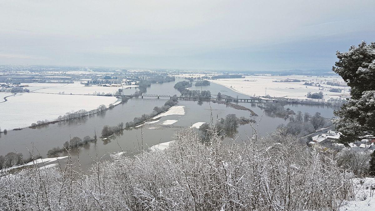 Blick vom Bogenberg in Richtung Straubing - das Wasser tritt teilweise über das Ufer.