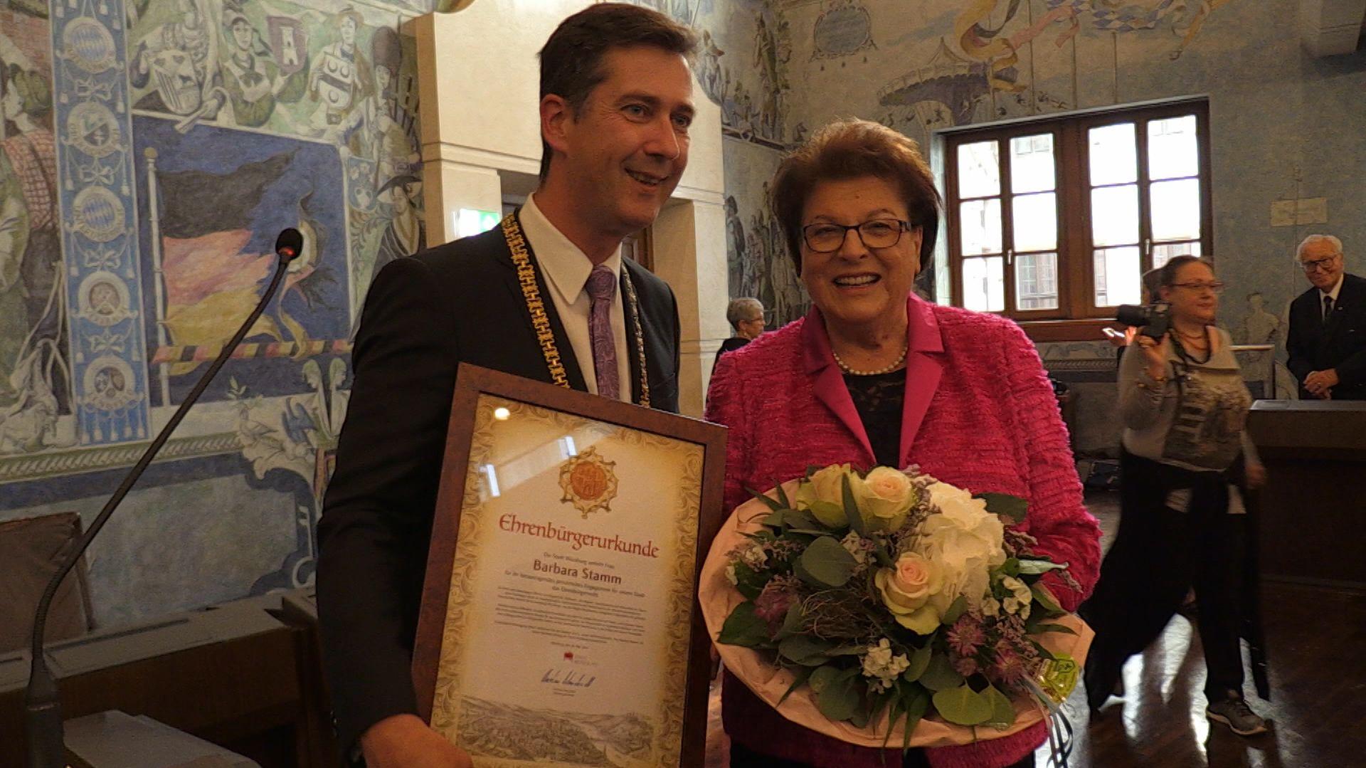 Oberbürgermeister Christian Schuchardt überreichte Barbara Stamm die Ehrenbürgerurkunde.
