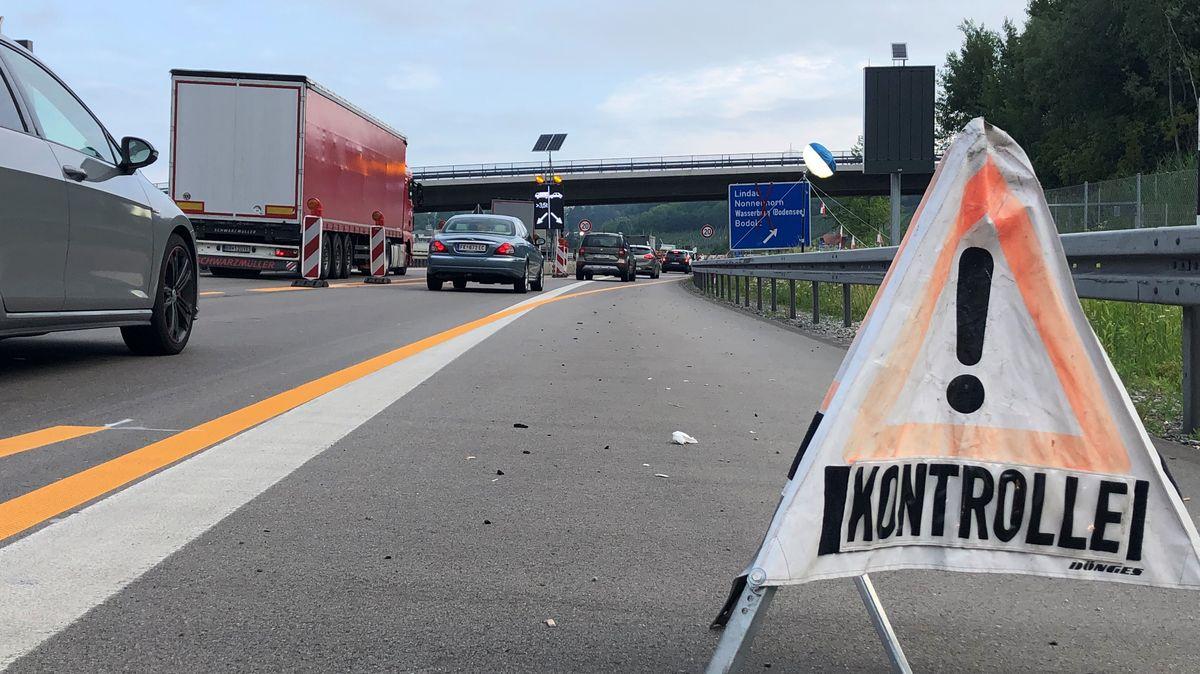 Verkehr am Kontrollpunkt der Bundespolizei auf der A96