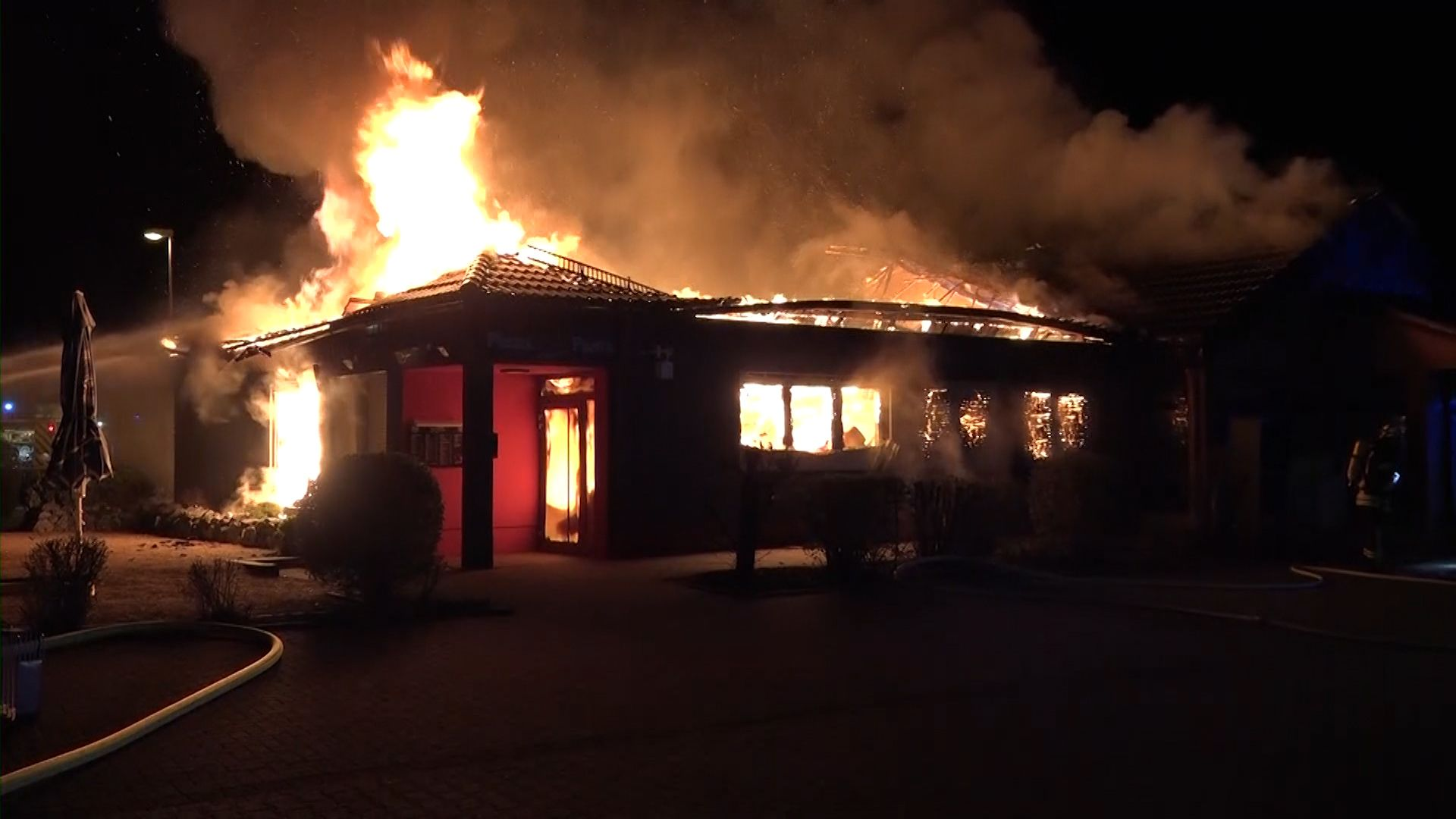 Pizzeria ausgebrannt – 100 Feuerwehrleute im Einsatz