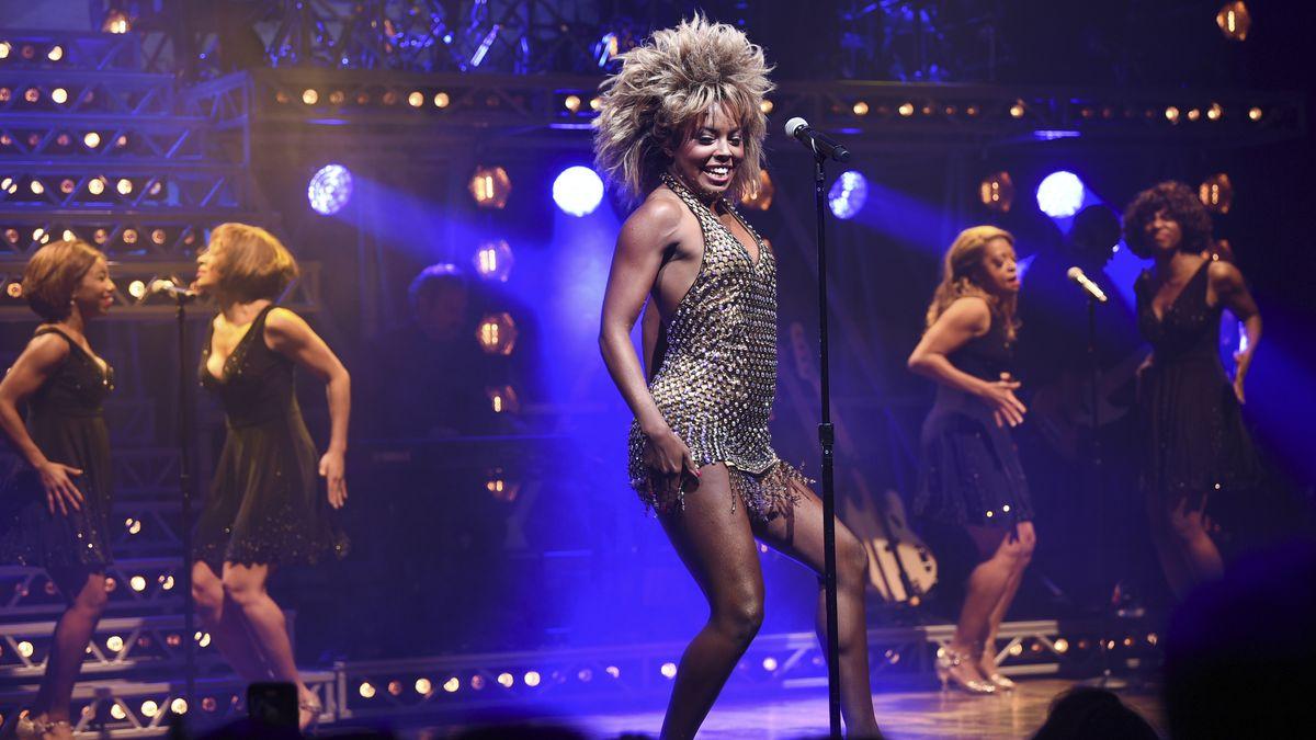 5 Frauen tanzen auf der Bühne des Tina Turner Musical auf dem Broadway