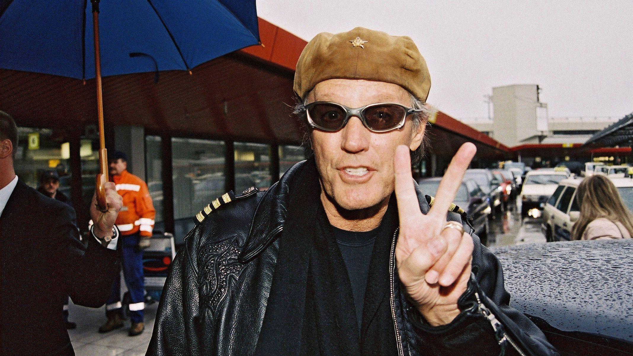 Der Schauspieler Peter Fonda macht mit seiner linken Hand ein Victory-Zeichen