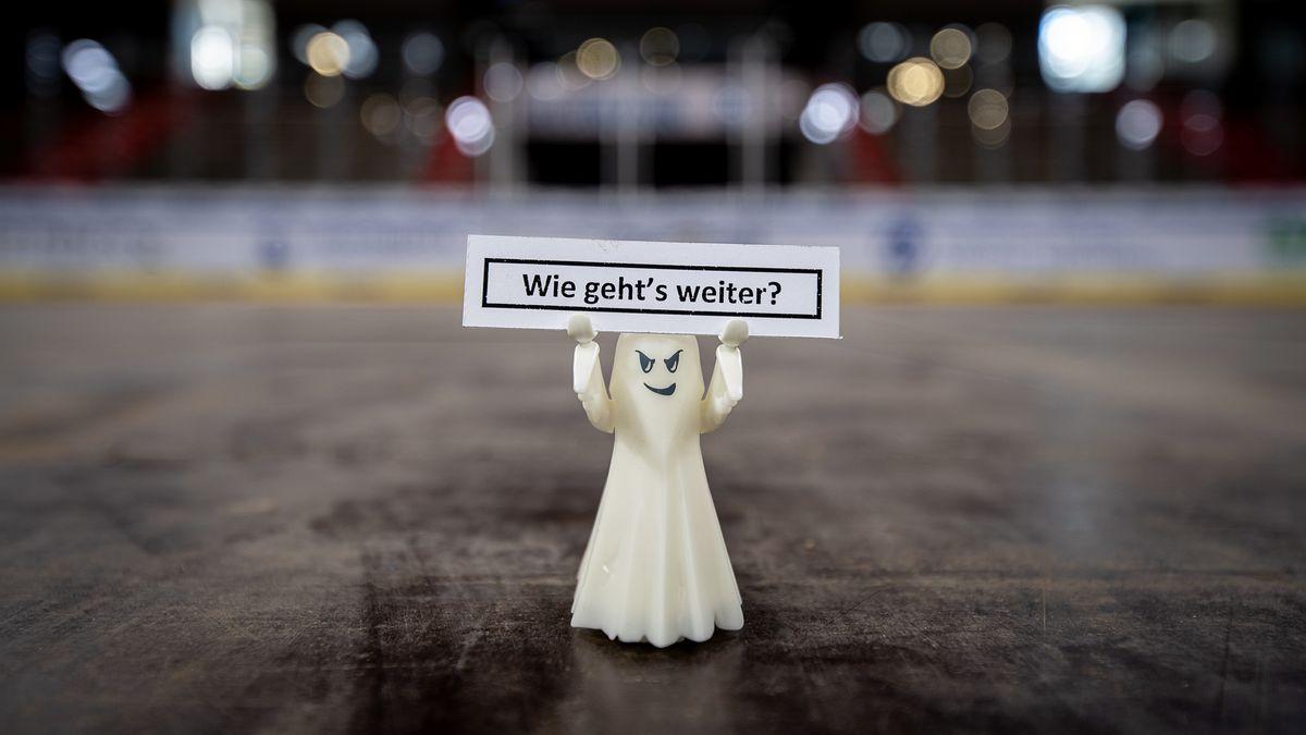 """Ein Geist mit Schild """"Wie geht's weiter?"""" in der Nürnberger Eis-Arena"""