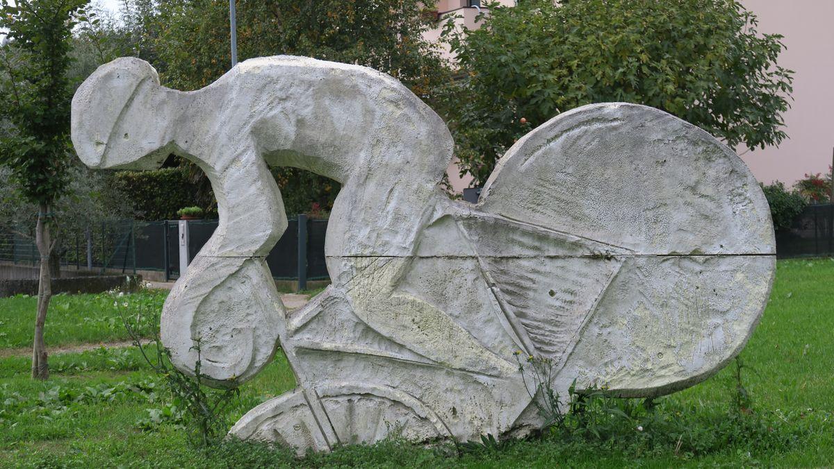 Skulptur, die auf fehlenden Radweg hinweist