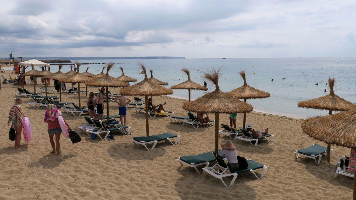 Archivbild: Urlauber am Strand