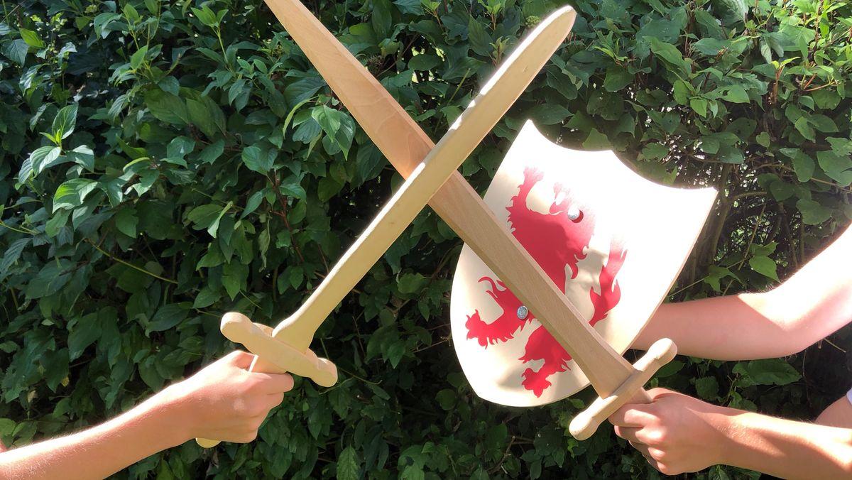 Kinder spielen mit Ritter-Holzschwertern (Symbolbild)