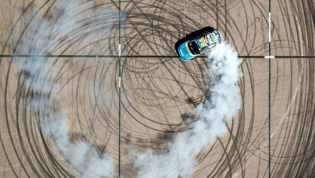 Ein professioneller Driftfahrer steuert im Rahmen einer Vorführung seinen Rennwagen.