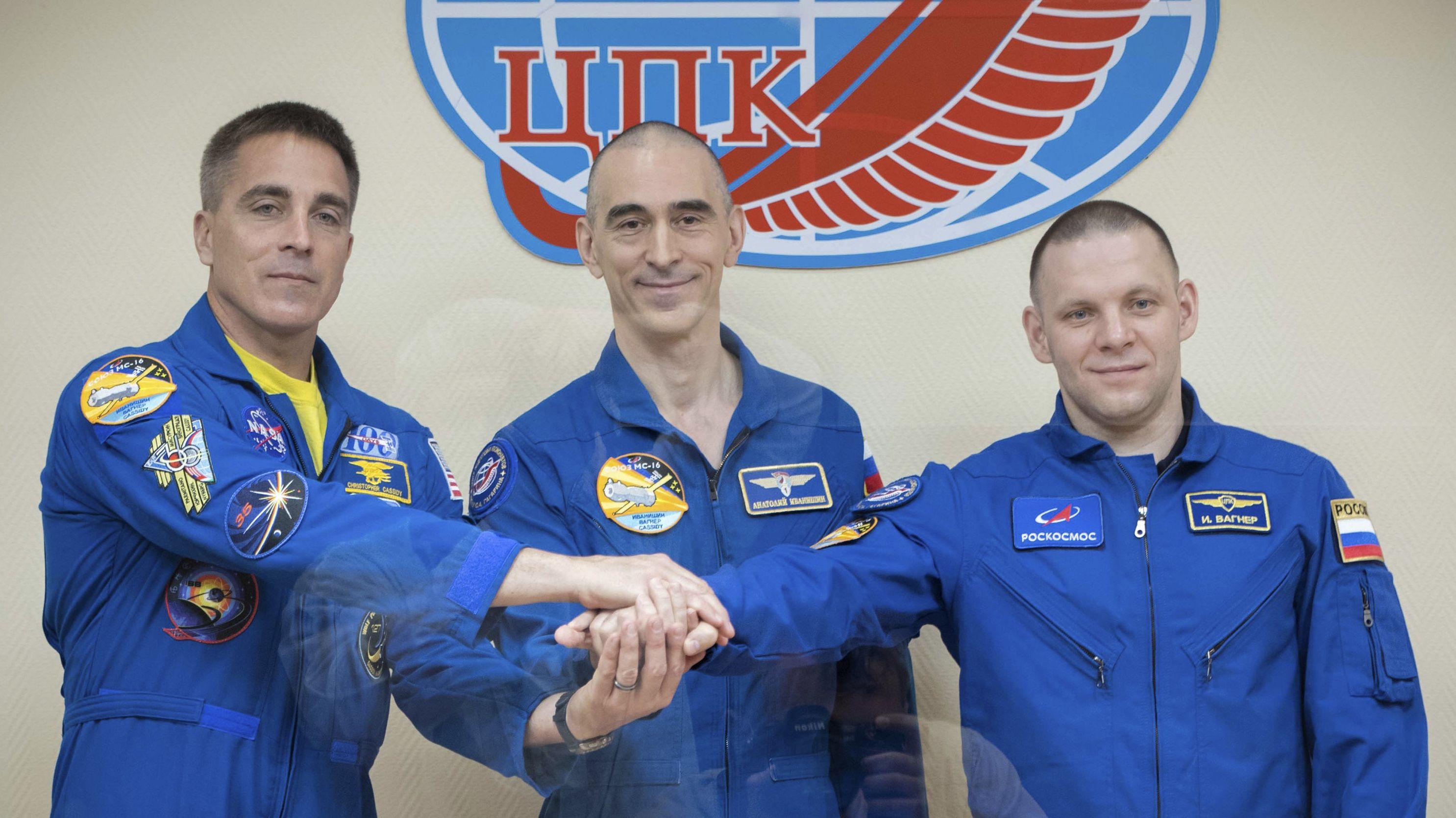 Astronaut Christopher Cassidy und seine russischen Kollegen Anatoli Iwanischin und Iwan Wagner vor ihrem Start zur ISS in Baikonur.