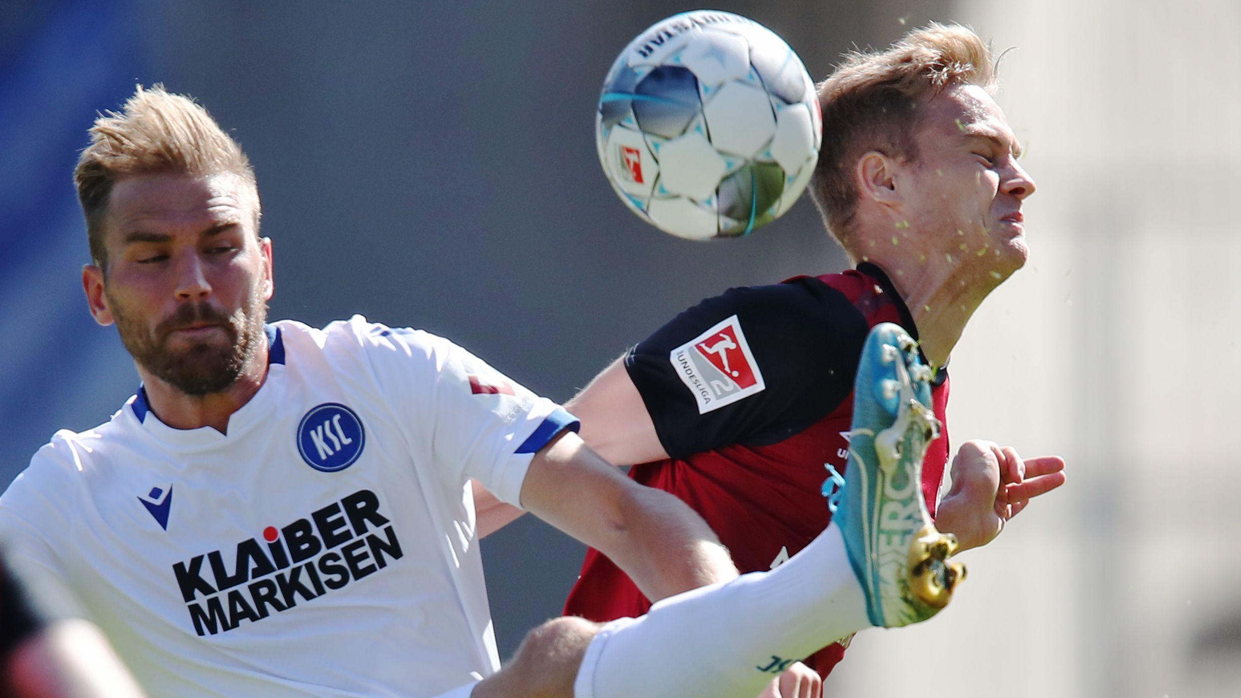 Zweikampf in der Partie Nürnberg gegen Karlsruhe