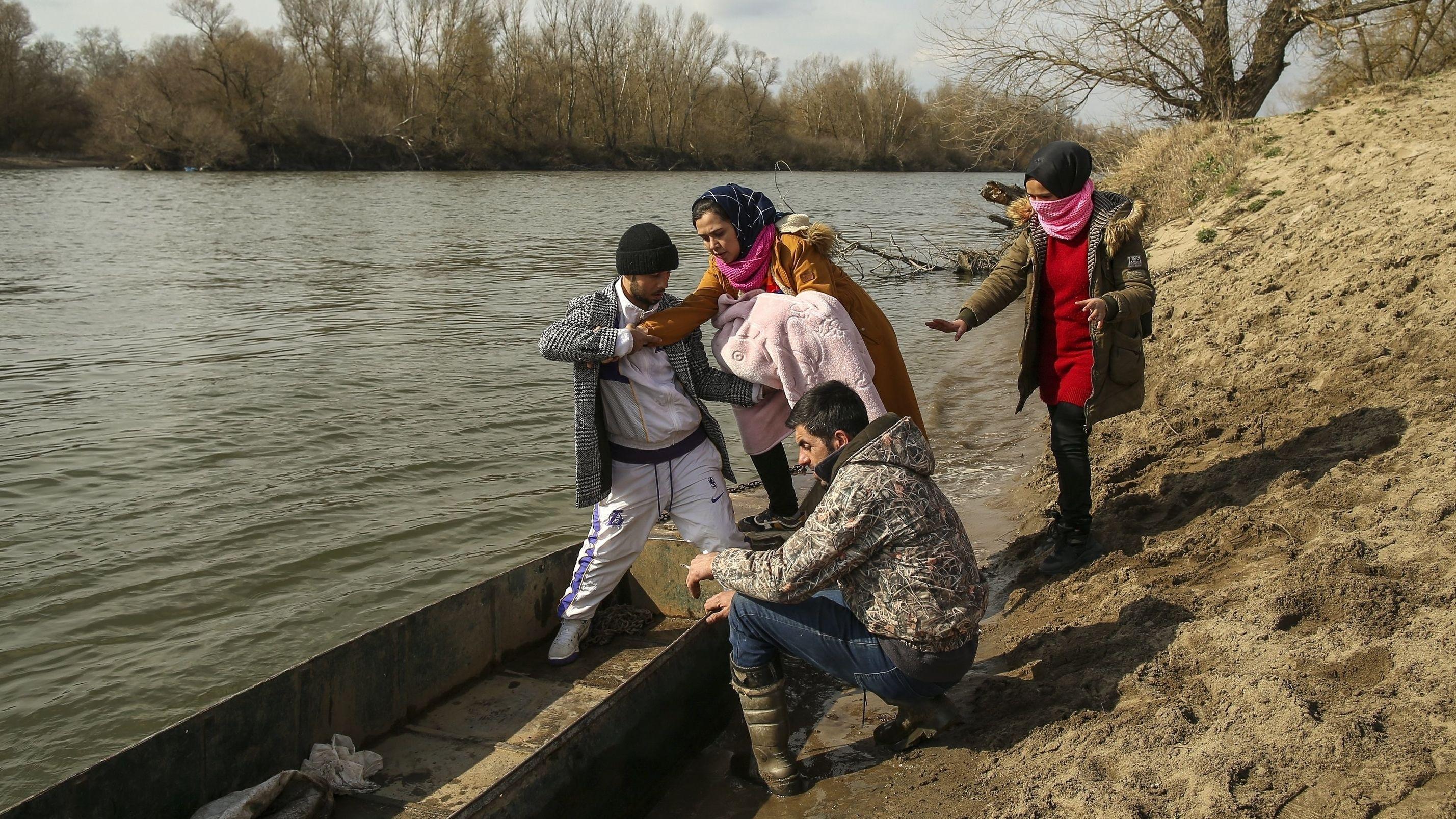 Migranten versuchen,  von der Türkei aus Griechenland in einem Boot über den Fluss Mariza (Fluss Evros in Griechenland) zu erreichen (1.3.20).