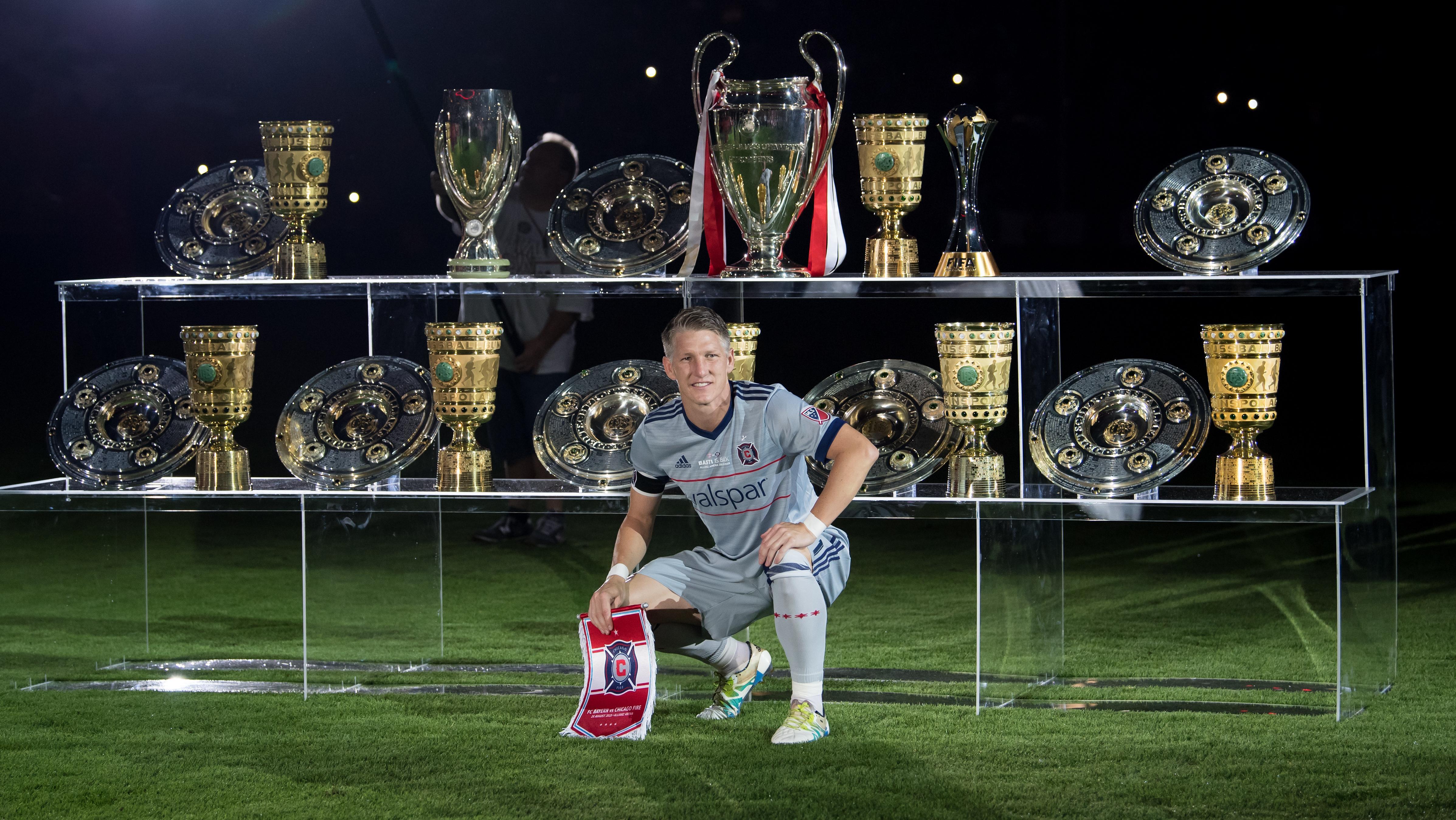 Bastian Schweinsteiger mit allen Bayern-Pokalen