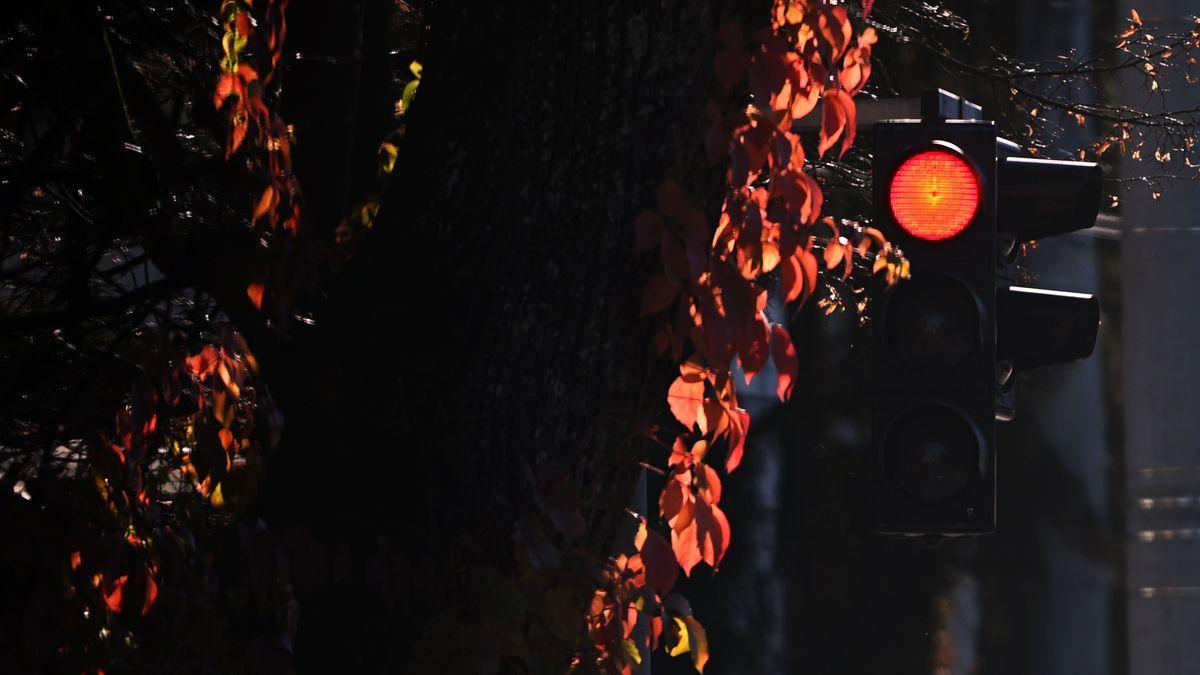 Eine Ampel mit Rotlicht in Salzburg. Österreich.
