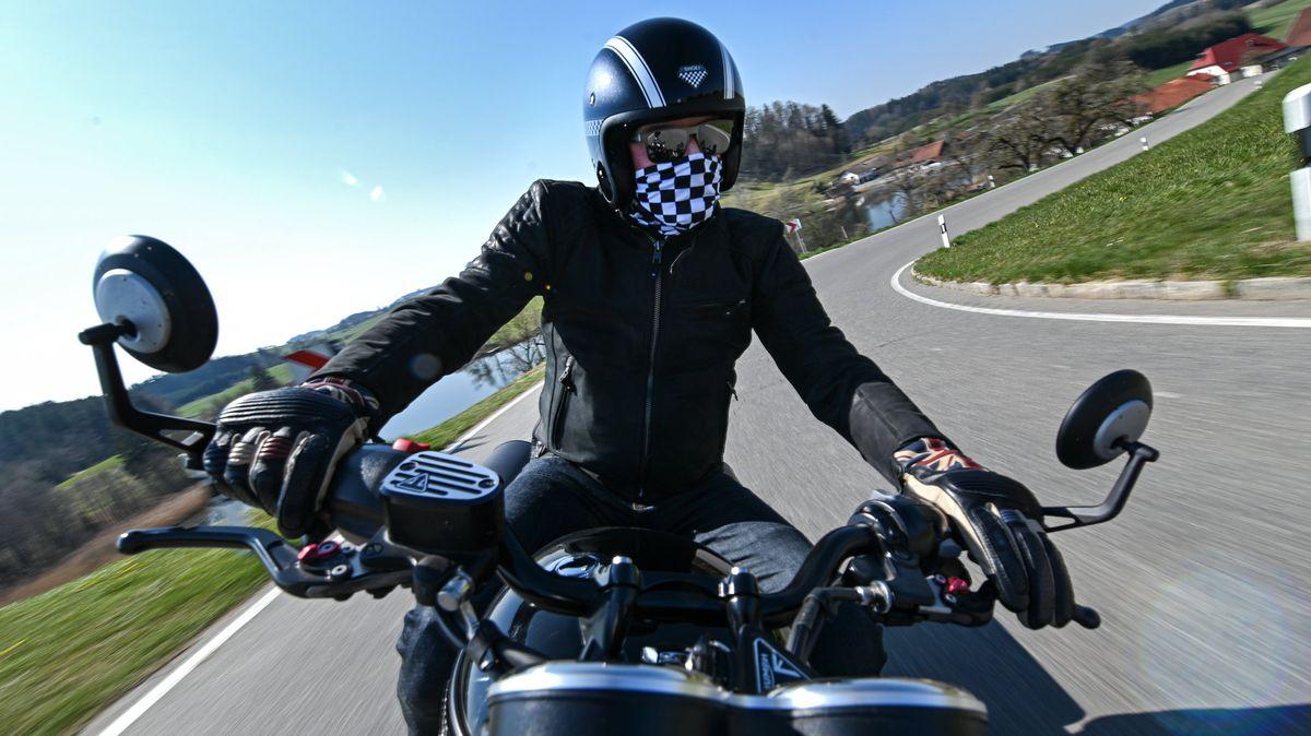 Ein Motorradfahrer auf seinem Kraftrad