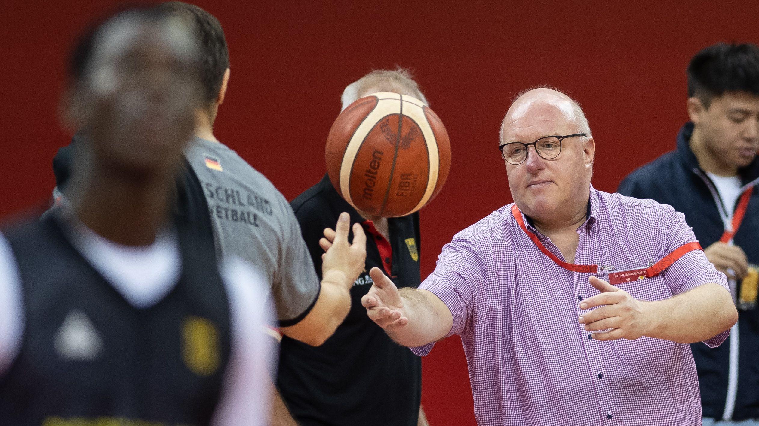 DBB-Präsident Ingo Weiss und Dennis Schröder