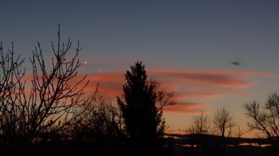 Diese Aufnahme zeigt den kleineren Merkur rechts unter der größeren, helleren Venus. Das Foto entstand im Januar 2015, als die beiden Planeten weniger als 1/4 Fingerbreit voneinander entfernt waren.