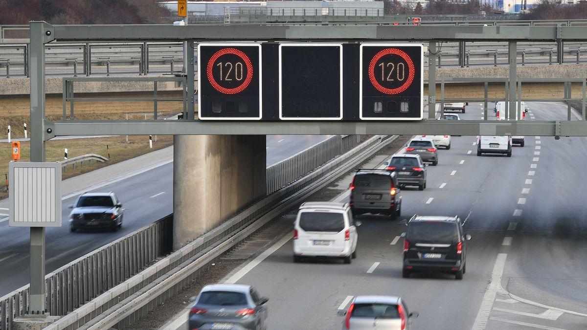 Schilder über der Autobahn weisen auf die Geschwindigkeitsbeschränkung hin