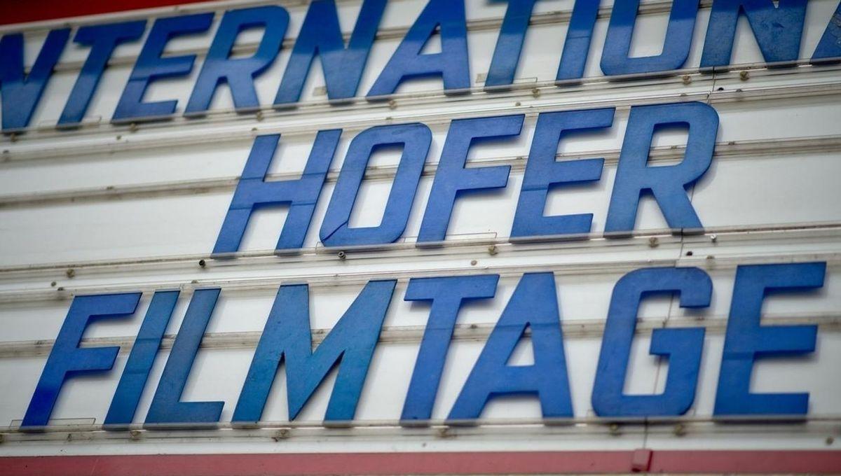 """Der Schriftzug """"Internationale Hofer Filmtage"""" an der Fassade eines Kinos."""