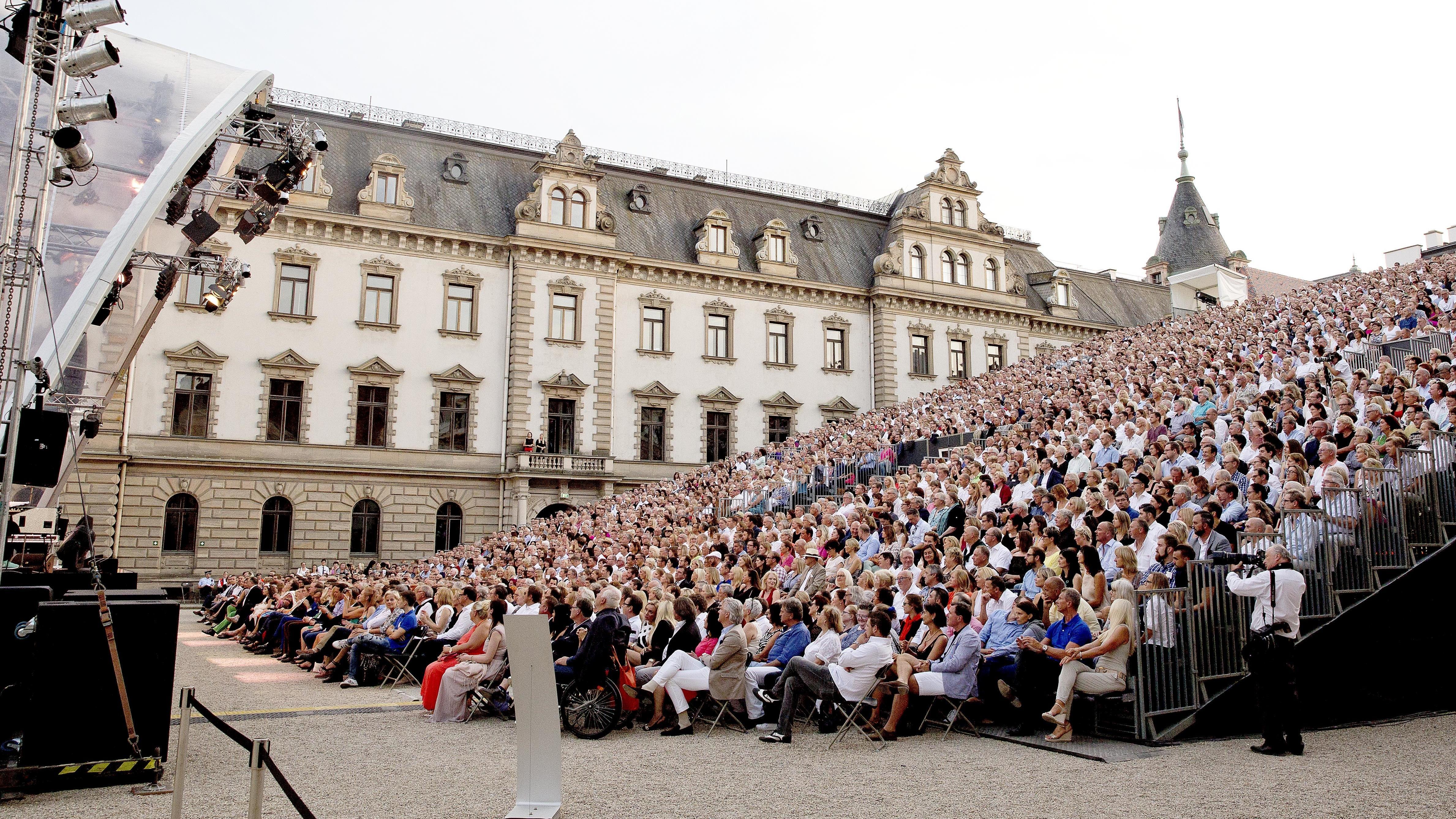 Zuschauer vor einer Bühne bei den Regensburgern Schlossfestspielen